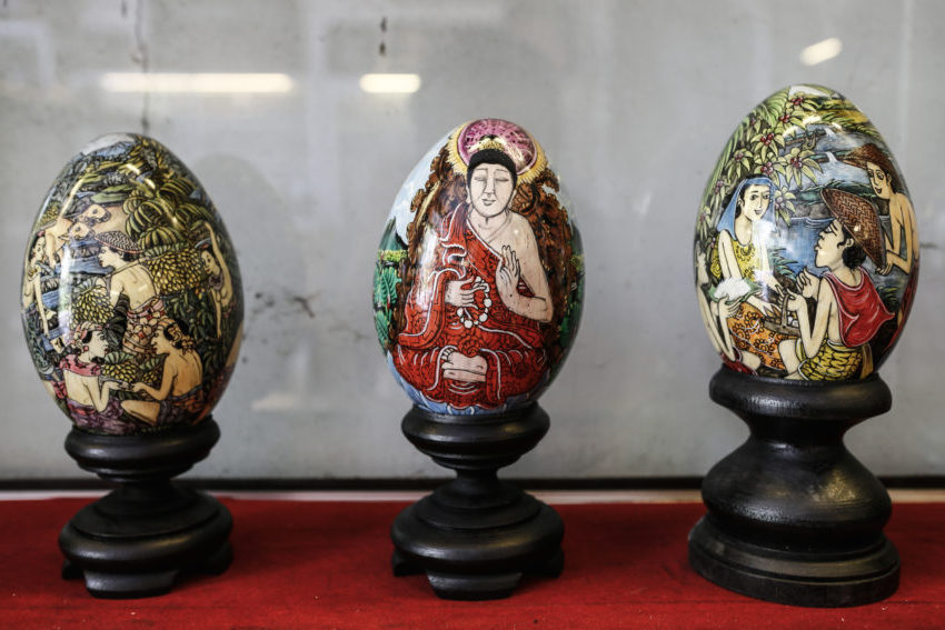 Balinese Artist Makes Hand Painted Easter Eggs